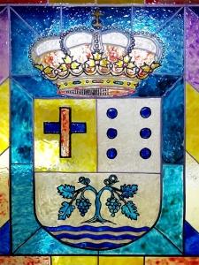 Representación del escudo de Vilamartín de Valdeorras en una vidriera